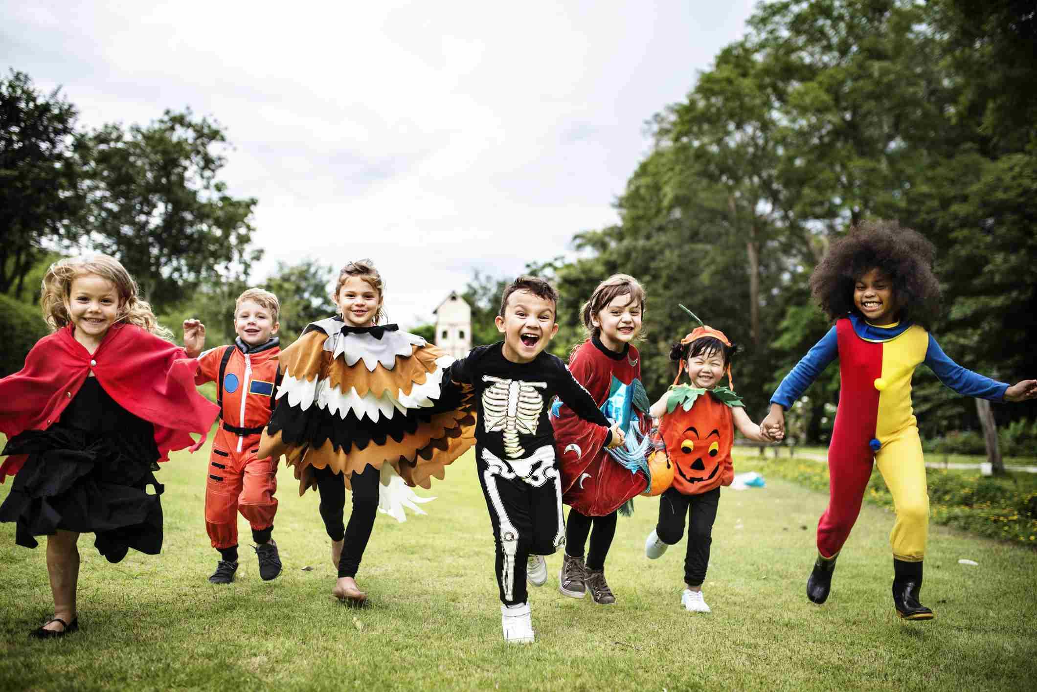 Niños pequeños en una fiesta de Halloween