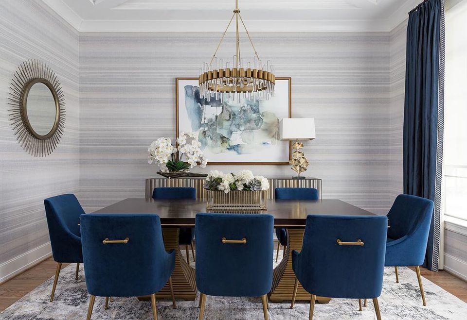 comedor con papel tapiz gris y sillas azul oscuro