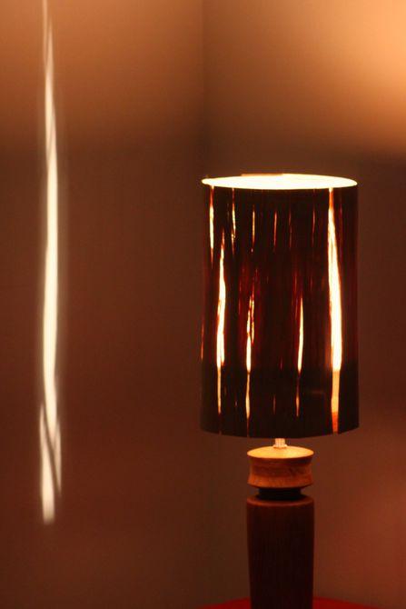 Lámpara de mesa de bricolaje reciclada de molinillo de pimienta y chapa de madera recuperada
