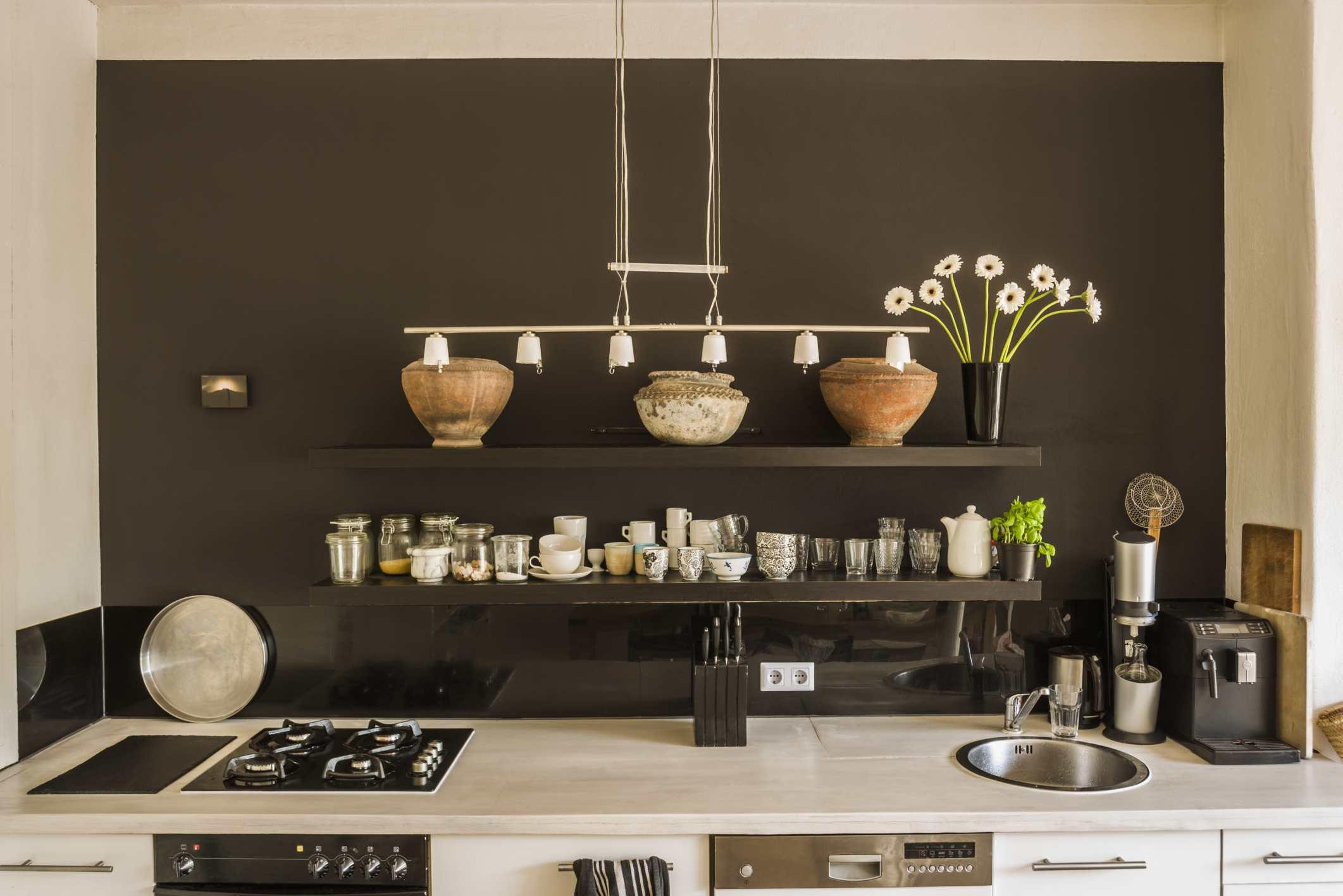 Estantería de cocina con cerámica