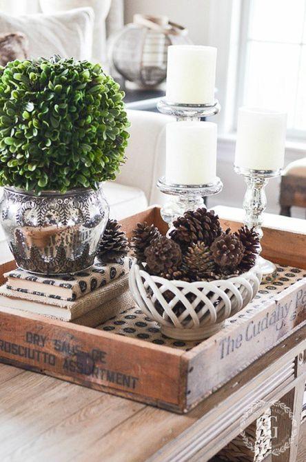 piñas y velas en una mesa de café para decoración de invierno