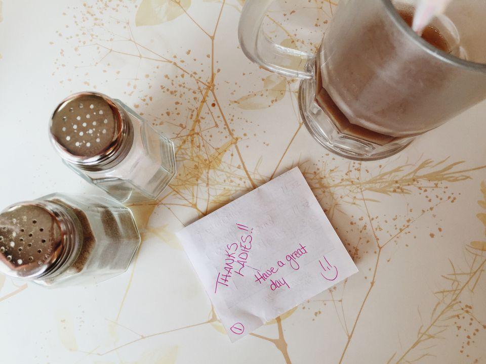 una nota de agradecimiento en el reverso de un cheque de invitado