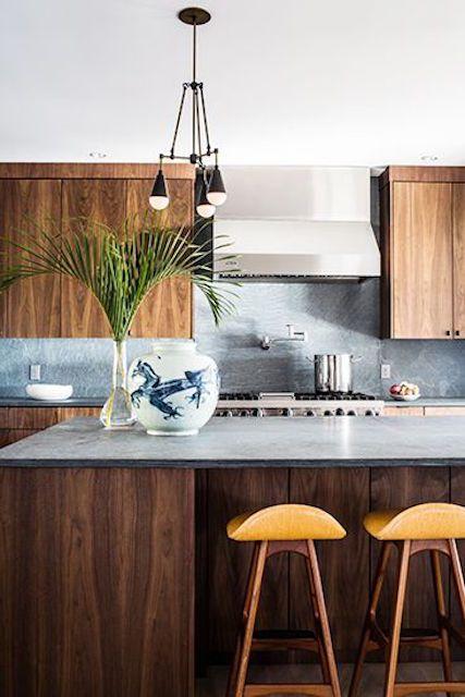 Cocina con gabinetes y barra en acabados de madera cálida