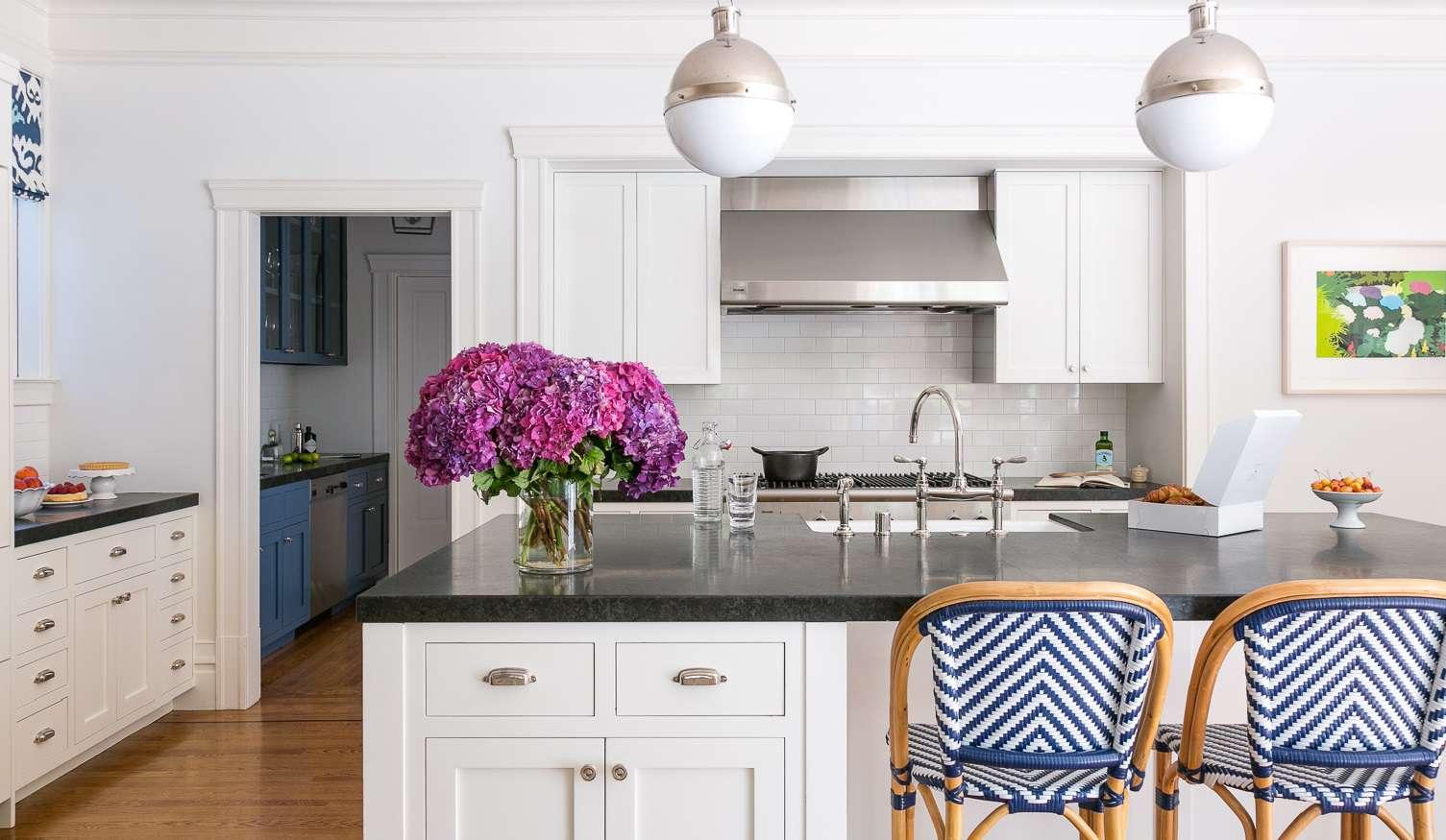 Cocina blanca brillante con iluminación cromada