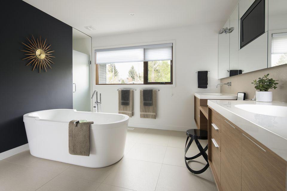 Hogar escaparate baño moderno con bañera