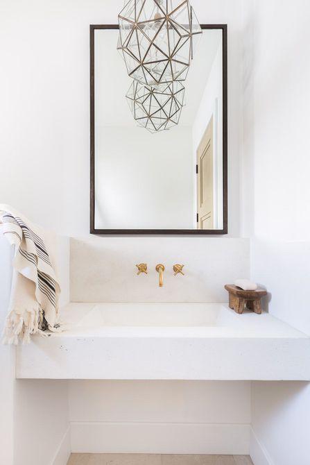 lámpara de araña hexagonal sobre tocador de baño