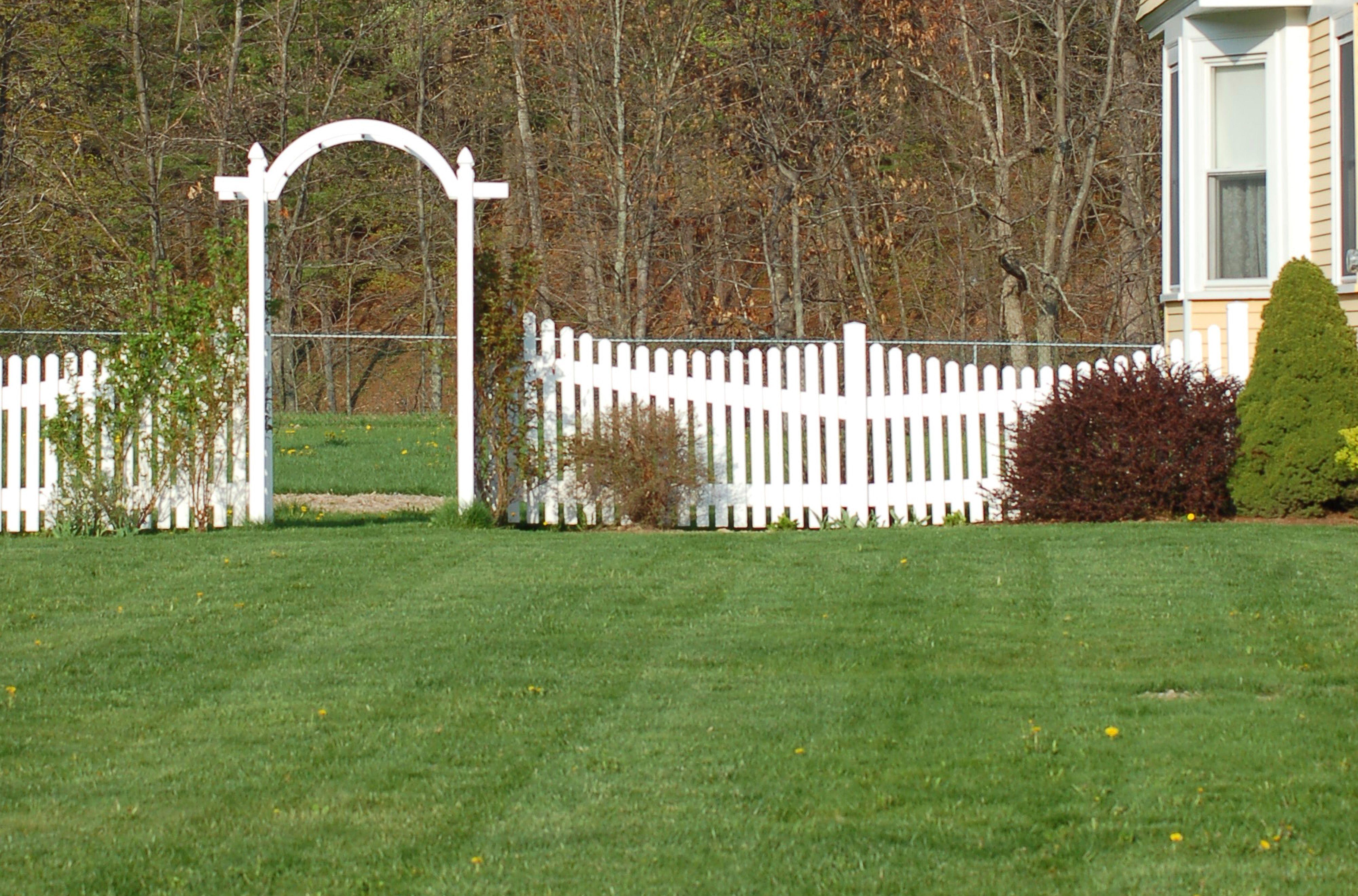 Este cenador proporciona una transición en un vasto patio lateral, definiendo para el espectador dónde termina el patio delantero y dónde comienza la parte posterior