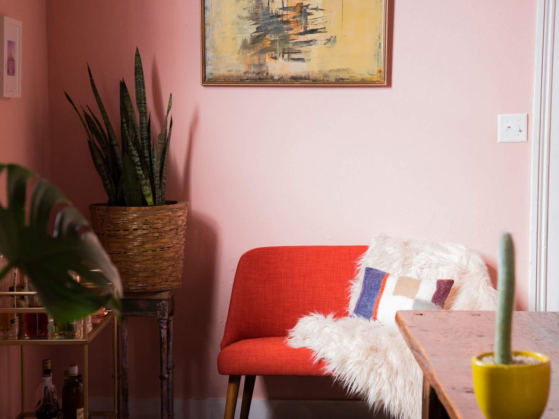 comedor de color rosa con asiento rojo barcart dorado