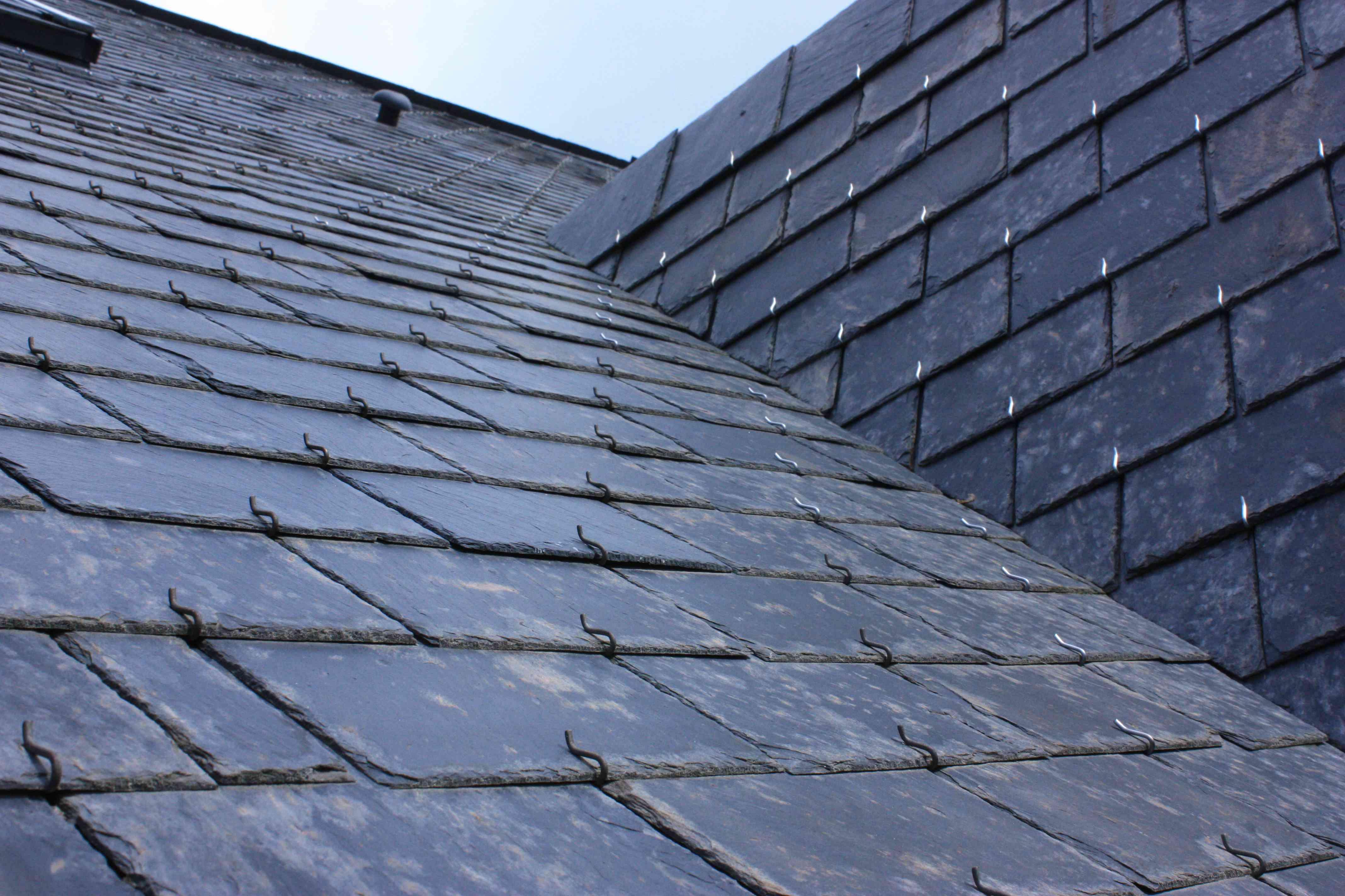 Techo de la casa en tejas de pizarra