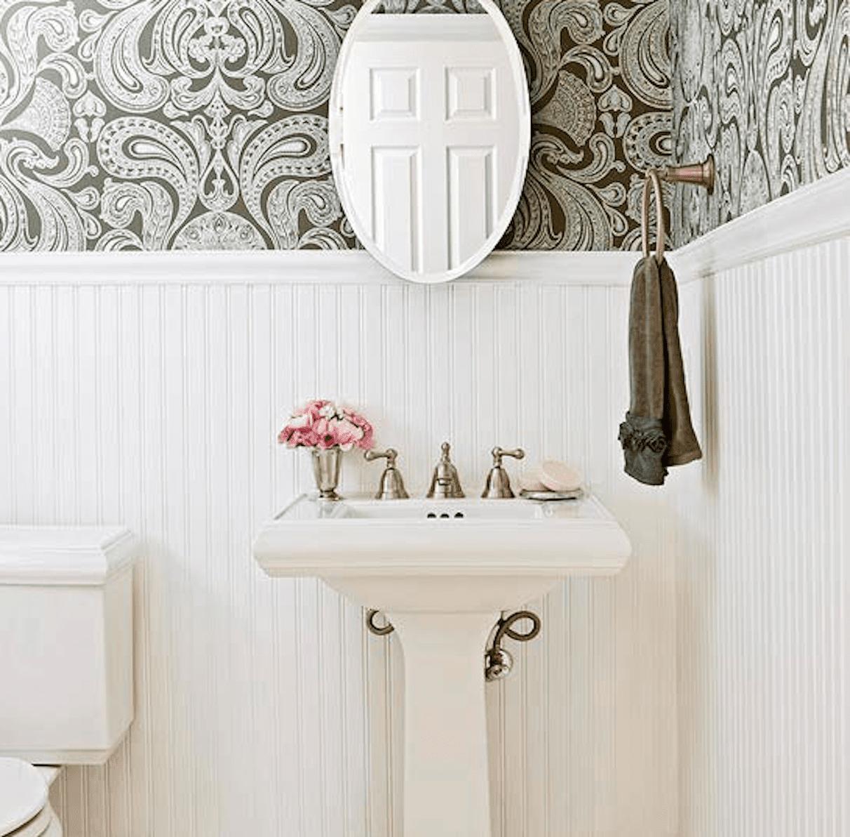 Pisos oscuros del baño blanco