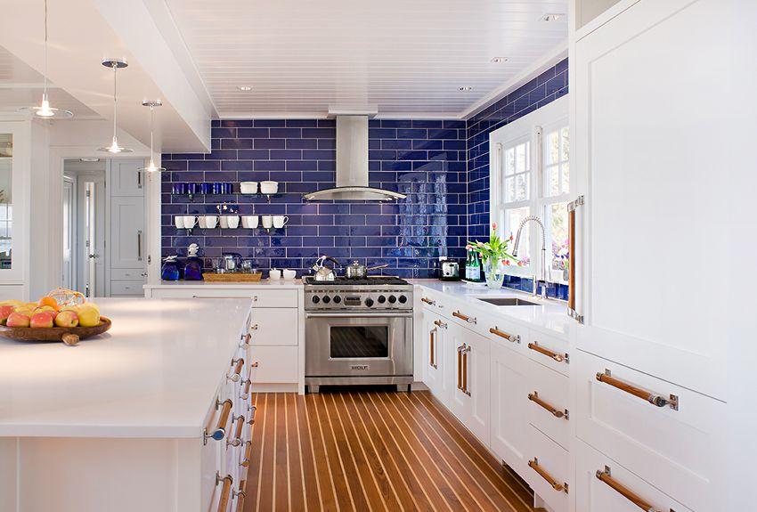 cocina náutica con gabinetes blancos