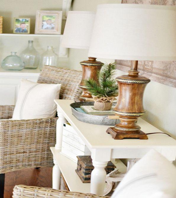 pequeño árbol de hoja perenne con arpillera alrededor de la base sobre una mesa