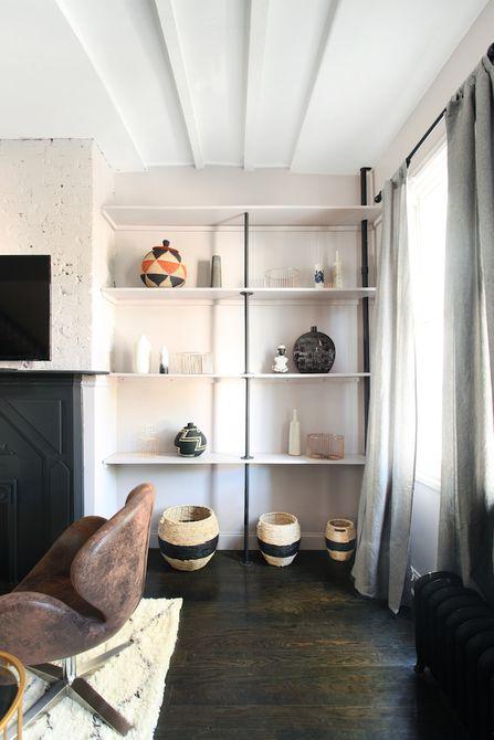 Una estantería incorporada con accesorios globales