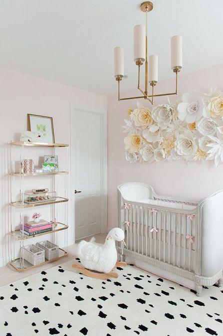 Blush pink y vivero de cisne blanco con pared de acento de flores de papel