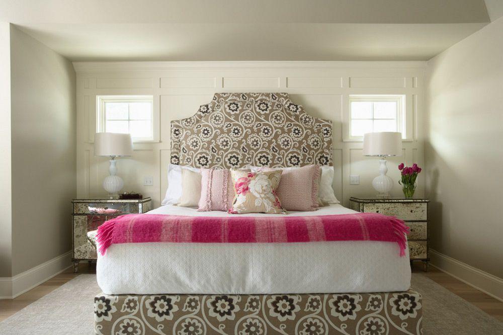 Habitación marrón y rosa. Habitación con banco de cebra y cama con dosel