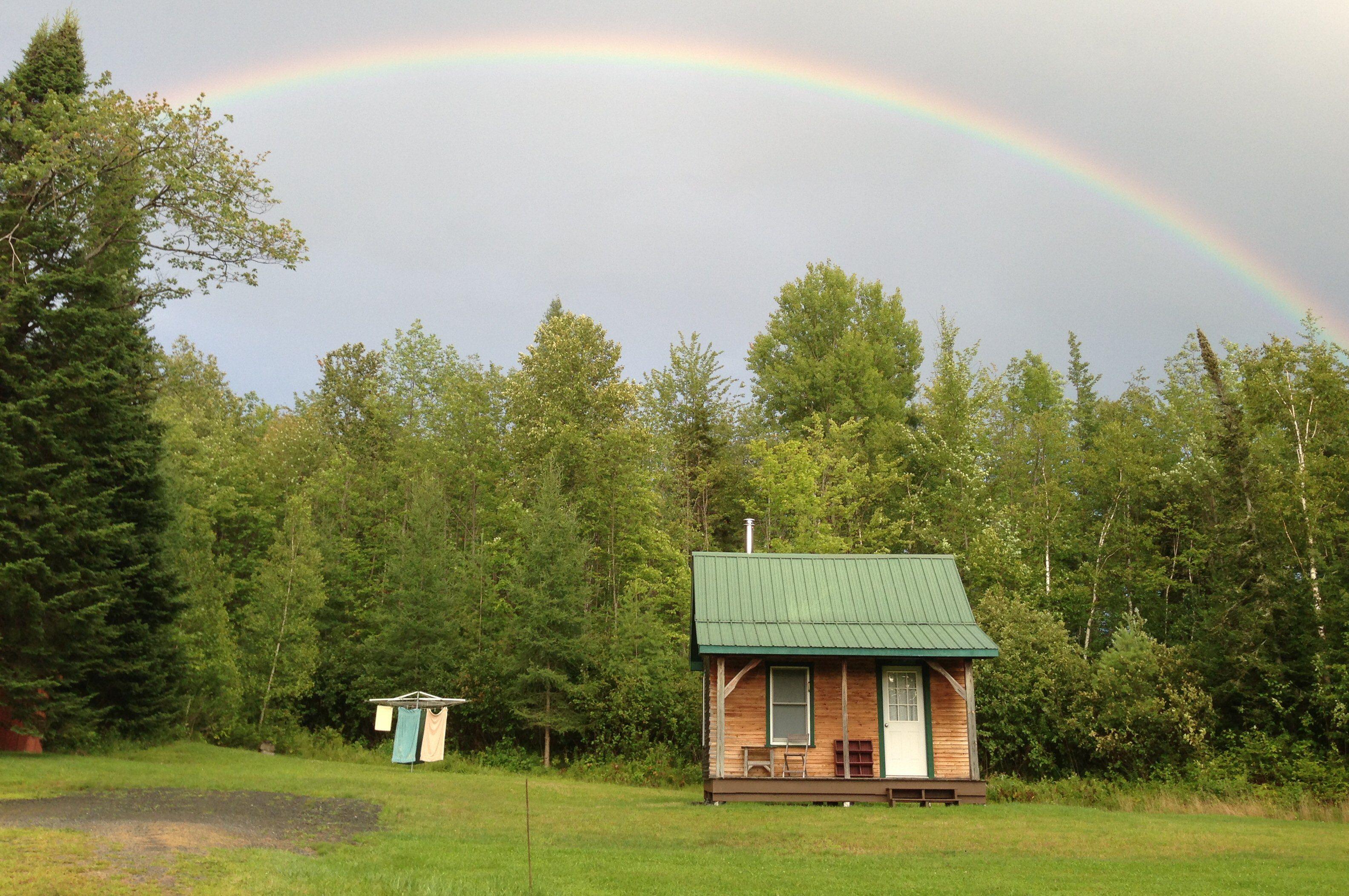 Arco iris sobre una casa pequeña