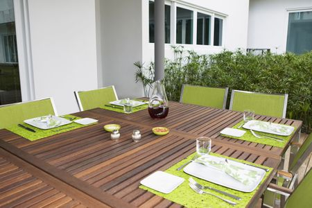 Green Accents To Outdoor Dining Table