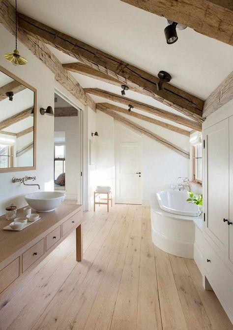 techo inclinado en el baño con vigas de madera