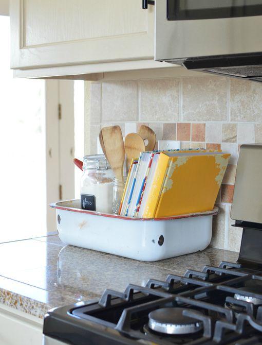 bandeja de esmalte en un mostrador