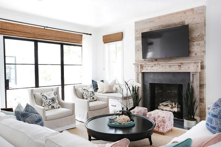 mini banco de ventana en la sala de estar rústica , bancos de ventana en el sótano prístino