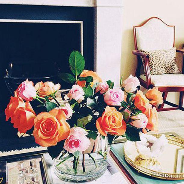 exhibir flores cortadas en la mesa de café