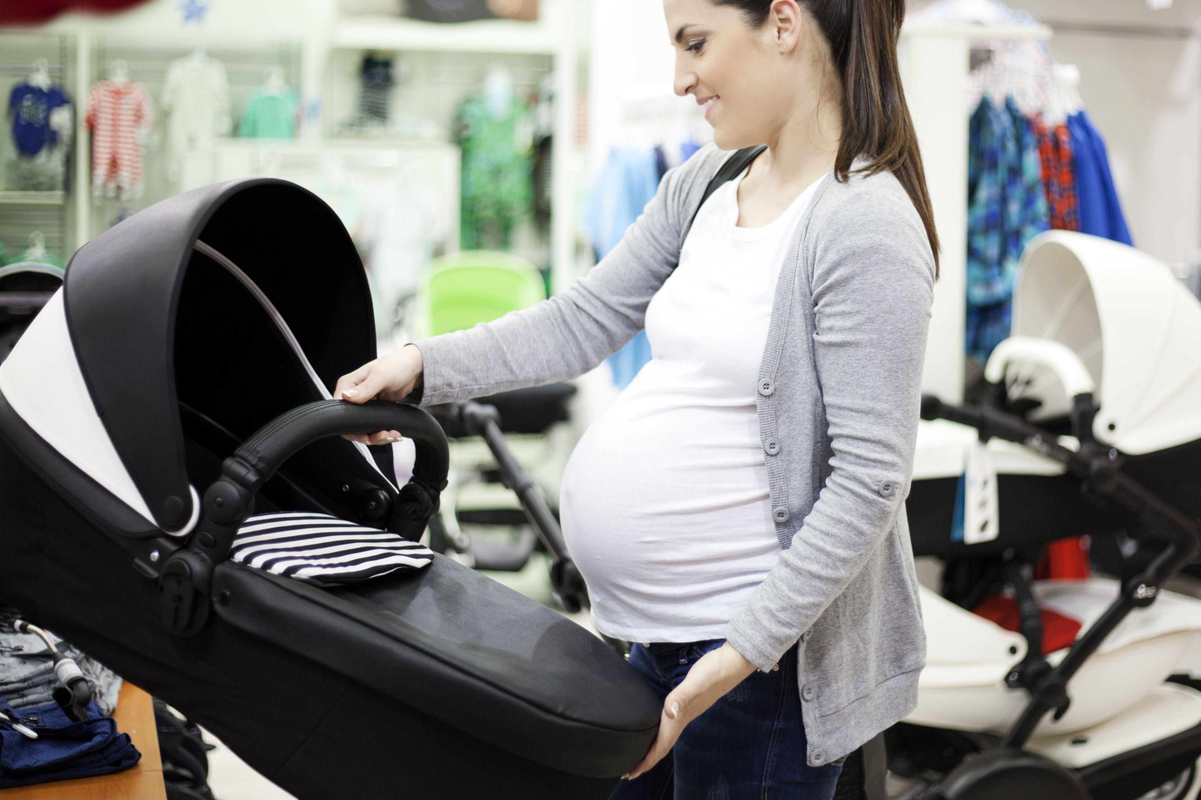 Mujer embarazada comprando desde su registro de bebés