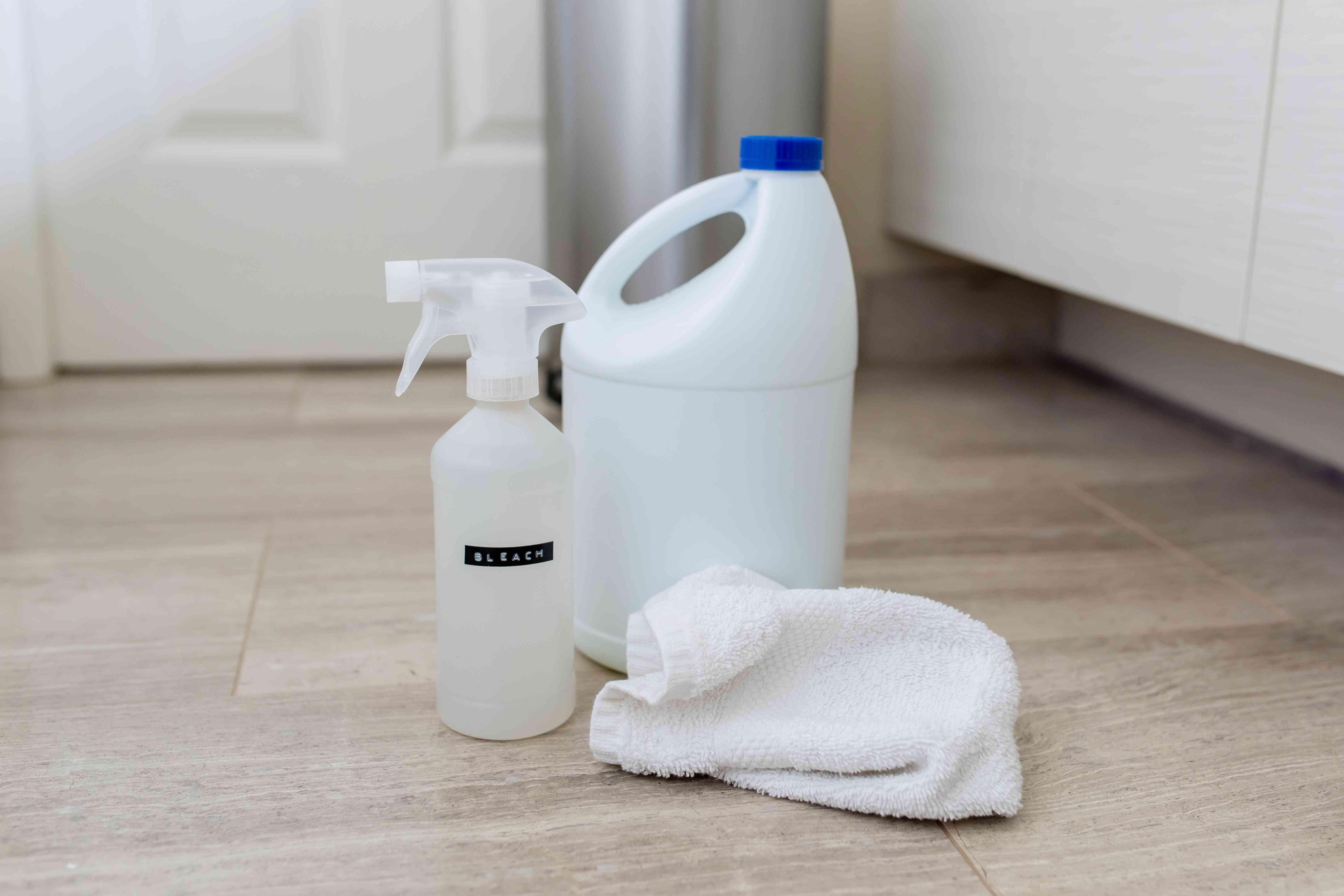 botellas de lejía y una toalla