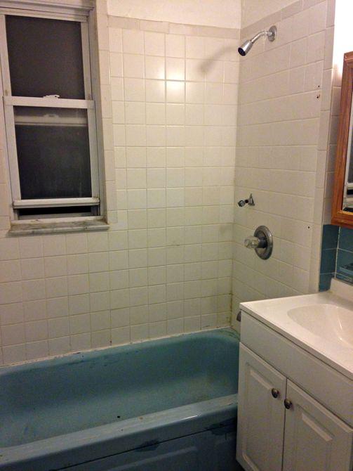 Baño y bañera azules antes de la remodelación