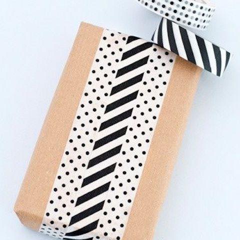 Envoltura de regalo moderna con patrones mixtos