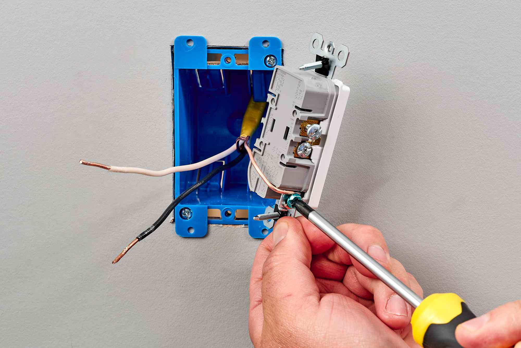 Main fuse being grounded behind 3-prong plug with screwdriver