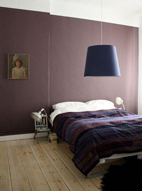 Habitación con paredes pintadas en cálido tono púrpura