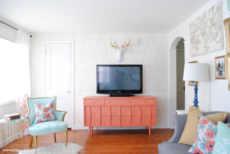 Sala de estar con mueble de televisión de color coral