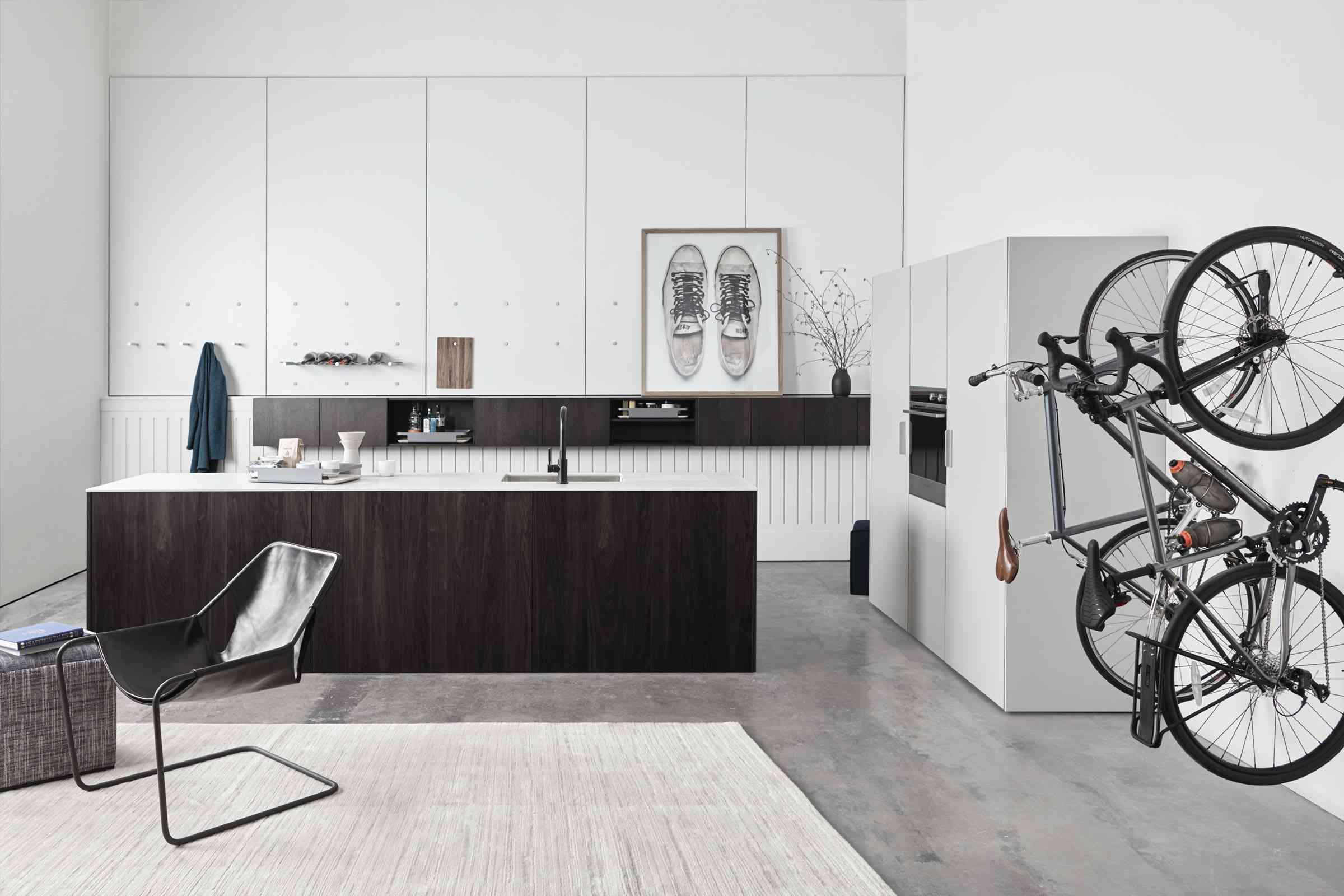 Cocina moderna blanca y marrón con portabicicletas