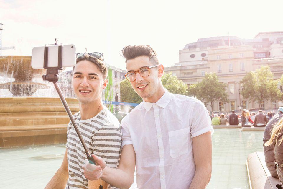 Pareja gay tomando selfie en Trafalgar Square