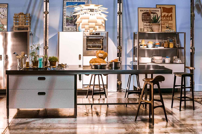 Luminaria de cocina moderna sobre la mesa en la cocina abierta