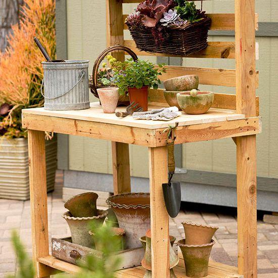 Un banco para macetas de madera construido con paletas