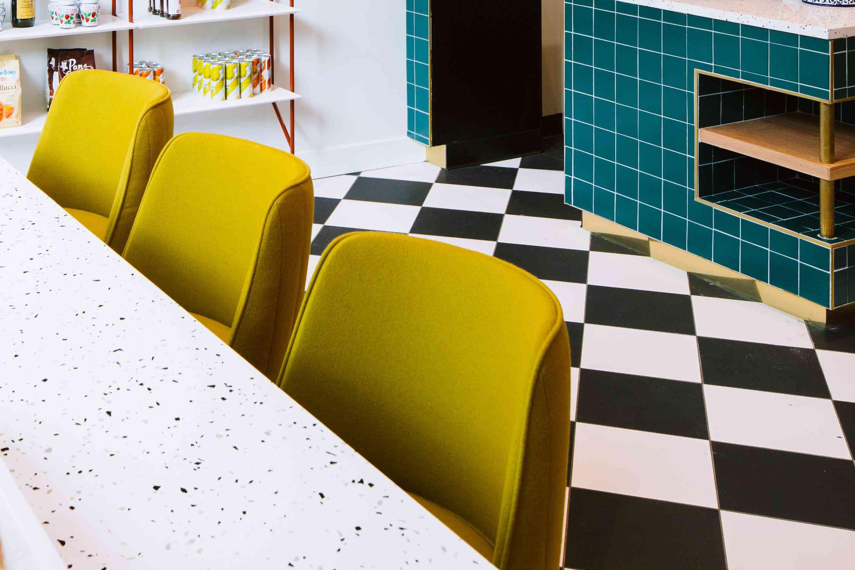 Cocina de inspiración mediterránea con azulejos de colores