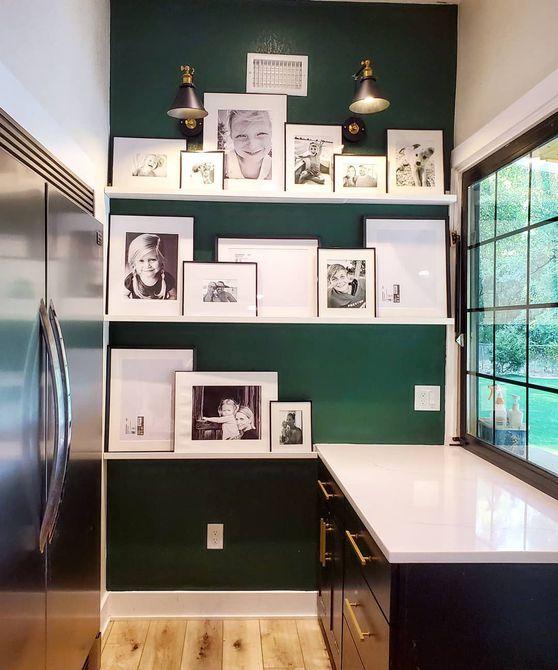 Despensa del mayordomo con paredes verdes