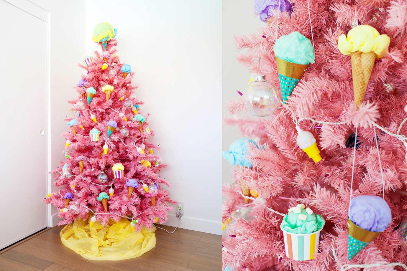 Colorido árbol de Navidad blanco con adornos de colores
