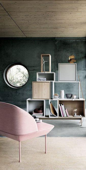 Sala de estar con paredes oscuras y silla lateral de color rosa pálido