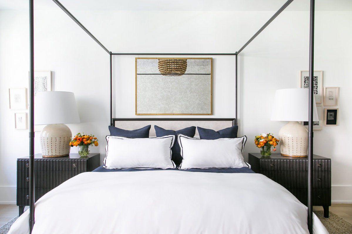 cama con dosel en el elegante apartamento de Nueva York