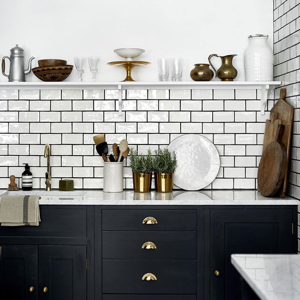 azulejos oscuros del metro de la cocina de lechada