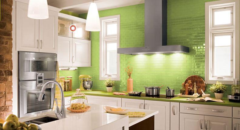 apartamento de cocina blanca