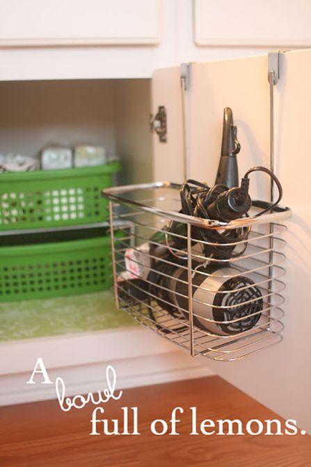 estante de almacenamiento para secador de cabello sobre la puerta