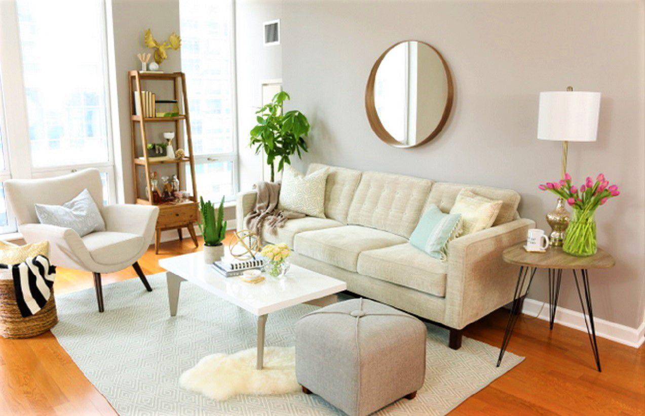 Cambio de imagen blanco de la sala de estar con sofá y sillas de color beige, mesa blanca nítida y alfombra blanca