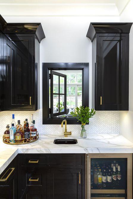 Cocina de despensa de mayordomo en blanco y negro con detalles dorados