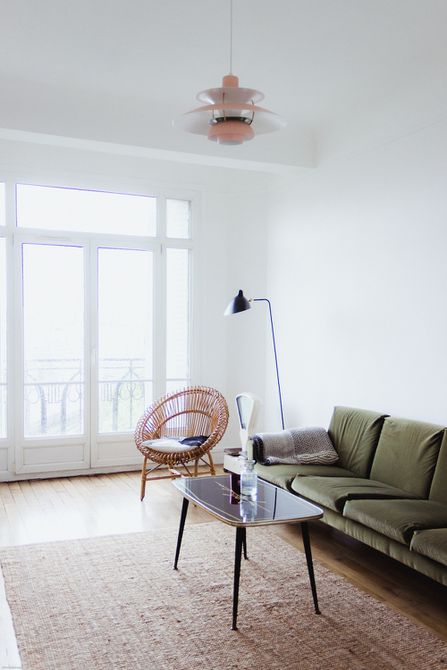 Sala de estar inspirada en París de mediados de siglo