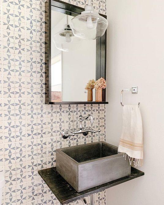 Baño con azulejos únicos