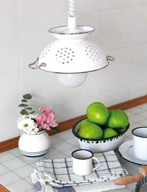luz colgante en la cocina  , cocina con protector contra salpicaduras brillante