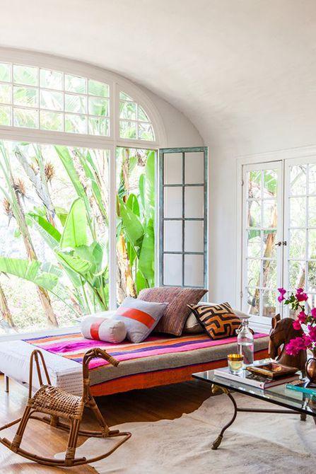 Una sala de estar neutral con textiles en tonos cálidos